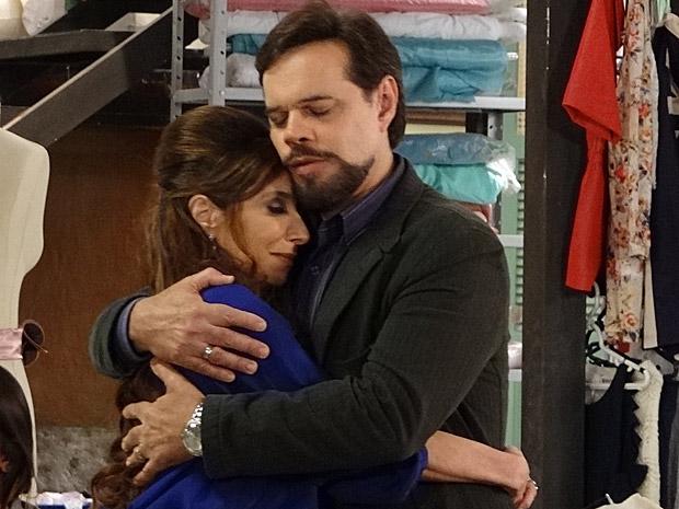 Felizardo abraça Damiana após a confirmação que ela é sua imã (Foto: Aquele Beijo/TV Globo)