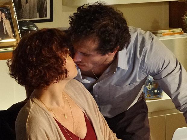 Esther e Guaracy quse se beijam ao se despedirem (Foto: Fina Estampa/TV Globo)