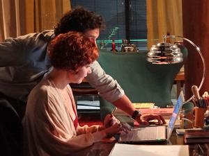 A estilista o ajuda a enviar um email (Foto: Fina Estampa/TV Globo)