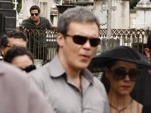 Ferdinand observa tudo de longe (Foto: Fina Estampa/TV Globo)