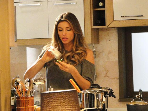 Grazi Massafera aproveitou gravação com comidinhas saborosas e fez uma lanche (Foto: Aquele Beijo/TV Globo)