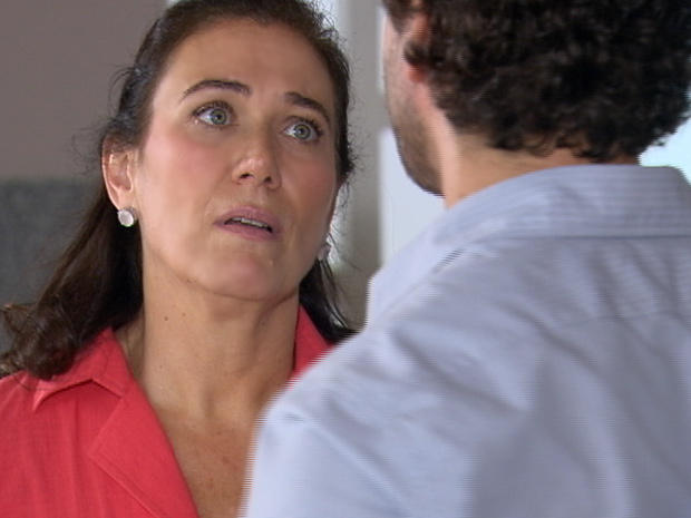 Griselda pergunta se Guaracy está namorando (Foto: Fina Estampa/TV Globo)
