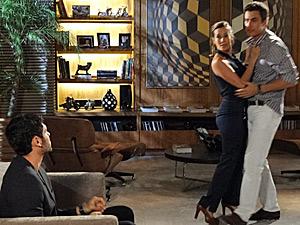 O casal é flagrado por Juan (Foto: Fina Estampa/ TV Globo)