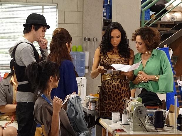 Raíssa lê o resultado do exame de DNA (Foto: Aquele Beijo/TV Globo)