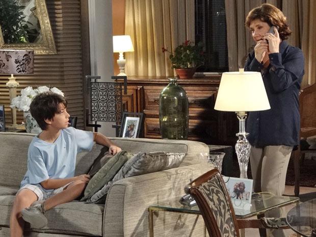 Celina perde a paciência ao ver que Pedro Jorge ligou para Danielle (Foto: Fina Estampa/TV Globo)