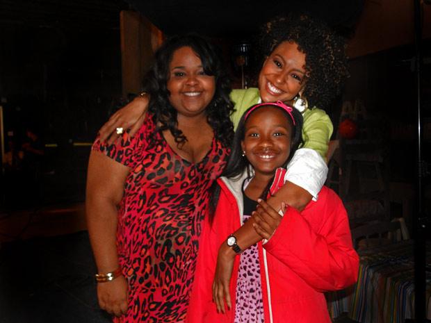 Priscila Marinho e a filha Agatha ganham carinho de Sheron Menezzes (Foto: Aquele Beijo/TV Globo)