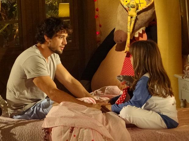 Júlia enche o pai de perguntar e quer saber se ele vai voltar a namorar Ana (Foto: A Vida da Gente - Tv Globo)