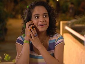 Solange recebe ligação da gravadora (Foto: Fina Estampa/TV Globo)