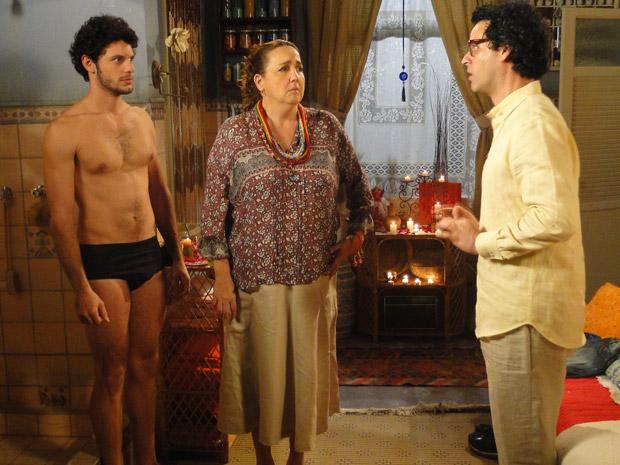 Joselito interrompe banho de Iara (Foto: Aquele Beijo/TV Globo)