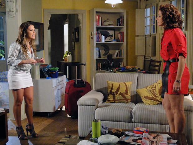 Camila diz para Claudia que não quer mudar de vida (Foto: Aquele Beijo/TV Globo)
