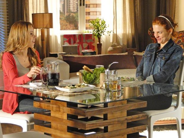 Nanda convence Celina a ir em segundo encontro (Foto: A Vida da Gente / TV Globo)