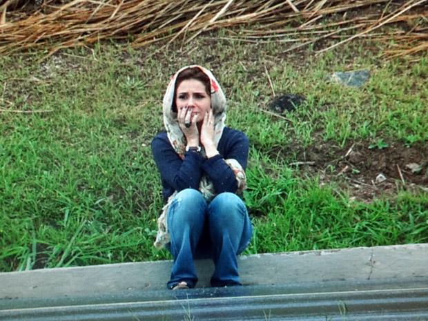 Claudia perdida na estrada onde o ladrão a deixou (Foto: Aquele Beijo/TV Globo)