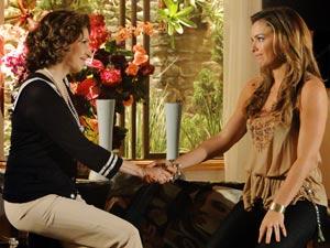 Aliviada, Cris agradece à amiga (Foto: A Vida da Gente / TV Globo)