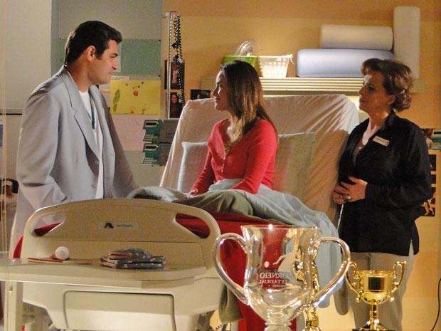 Eva adora ver a proximidade de Ana com Lúcio (Foto: A Vida da Gente - Tv Globo)