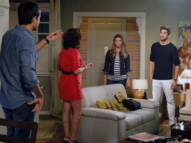 Lucena conta para Rubinho sobre o beijo de Claudia e Vicente (Foto: Aquele Beijo/TV Globo)