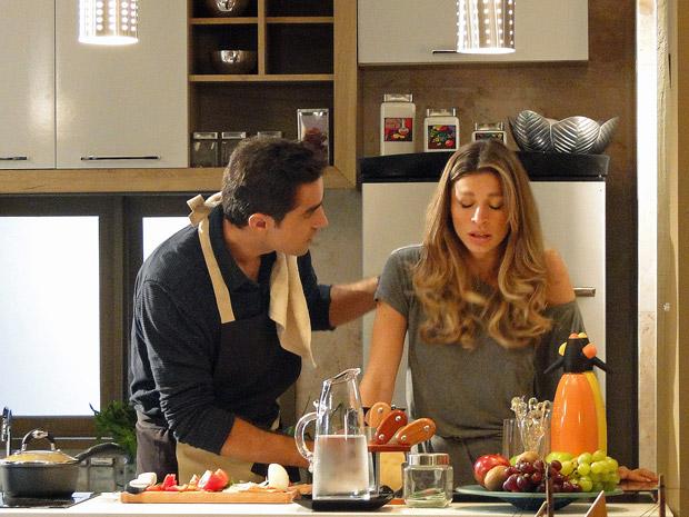 Lucena fica enjoada e Vicente a ajuda (Foto: Aquele Beijo/TV Globo)