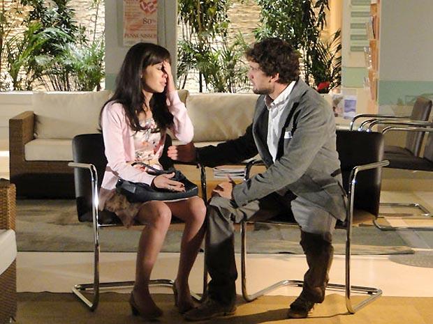 Manu conta para Rodrigo que Ana descobriu que os dois estão casados (Foto: A Vida da Gente/TV Globo)