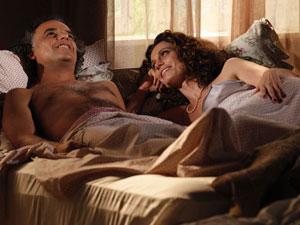 Após primeira noite de amor, casal namora (Foto: A Vida da Gente/TV Globo)
