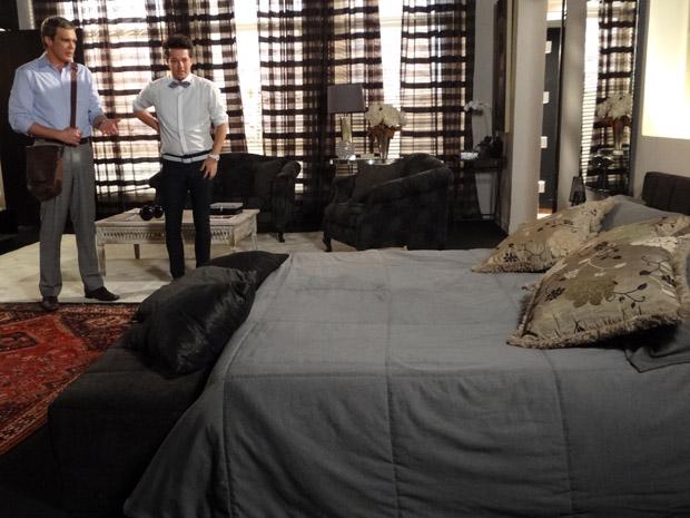 O chef chega do trabalho e fica intrigado ao chegar ao ver que Tereza Cristina não dormiu em casa (Foto: Fina Estampa/TV Globo)
