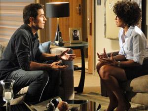 Sarita e Vicente conversam (Foto: Aquele Beijo/TV Globo)