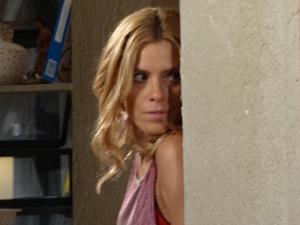 Teodora vê os dois juntos e se esconde (Foto: Fina Estampa/TV Globo)