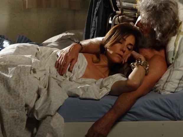 A perua se rende a Pereirinha e eles acabam dormindo juntos (Foto: Fina Estampa/TV Globo)