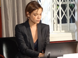 Vanessa não perde tempo (Foto: Fina Estampa/TV Globo)