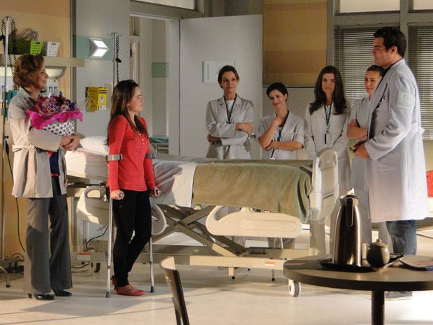 Ana ganha alta e surpresa da equipe médica do hospital (Foto: A Vida da Gente - Tv Globo)