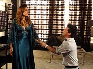 Crô implora que a patroa desabafe com ele (Foto: Fina Estampa / TV Globo)
