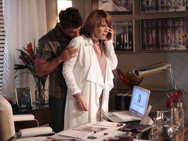 Danielle atende ligação de Pedro Jorge (Foto: Fina Estampa / TV Globo)