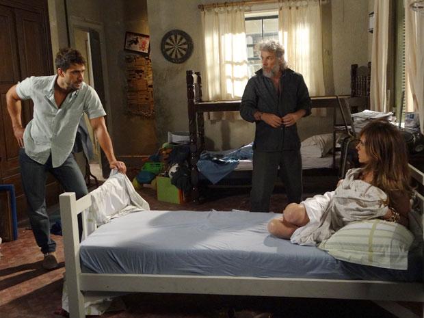 Enzo entra no quarto e dá de cara com a perua enrolada nos lençóis (Foto: Fina Estampa/TV Globo)