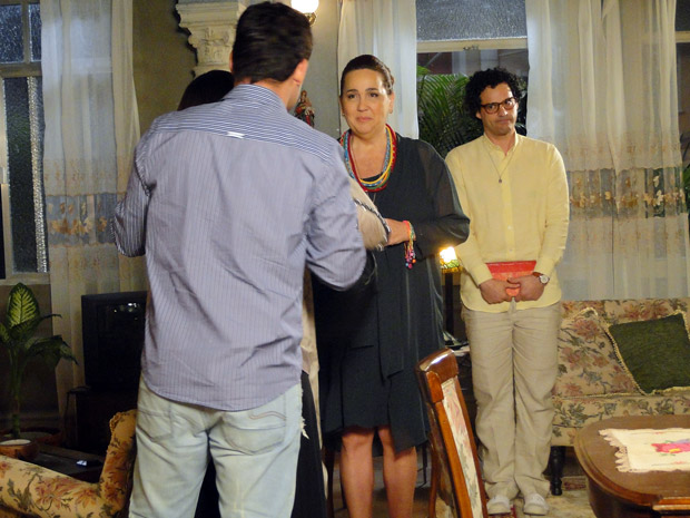 Iara e Joselito conversam com um casal (Foto: Aquele Beijo/TV Globo)