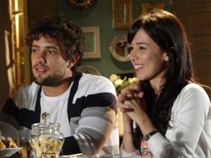 Feliz da vida, Manu conta que Ana terá alta (Foto: A Vida da Gente/TV Globo)