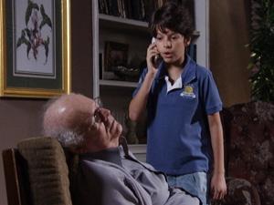 O menino vê o avô desacordado e telefona para a tia (Foto: Fina Estampa / TV Globo)