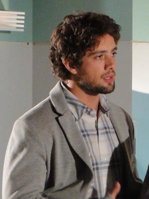 Rodrigo fica arrasado com a notícia (Foto: A Vida da Gente/TV Globo)
