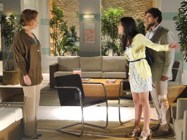 Manu enfrenta Eva e diz para ela sumir de sua frente (Foto: A Vida da Gente/TV Globo)