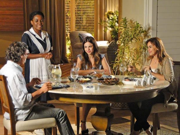 Suzana se diverte em jantar com Renato e Alice (Foto: A Vida da Gente/TV Globo)