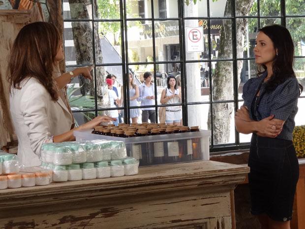 Amália não entende atitude de Zuleika (Foto: Fina Estampa/ TV Globo)