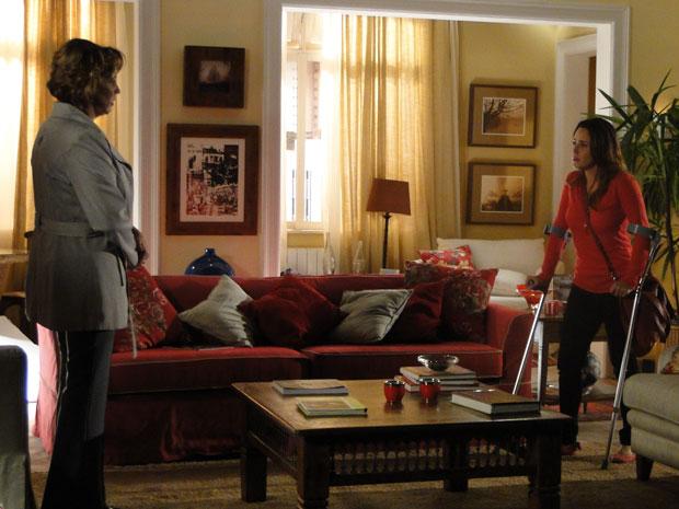 Ana discute com Eva logo assim que chega em casa, depois de passar anos no hospital (Foto: A Vida da Gente - Tv Globo)