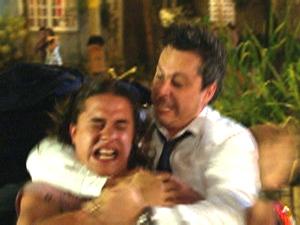 Daniel sofre nas mãos do motorista (Foto: Fina Estampa/TV Globo)
