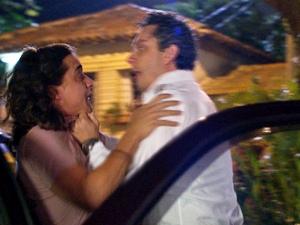 Baltazar vai para cima do rapaz (Foto: Fina Estampa/TV Globo)