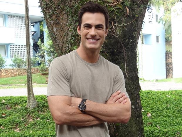 Carlos Casagrande se diverte com seu personagem Juan Guilherme (Foto: Fina Estampa/TV Globo)
