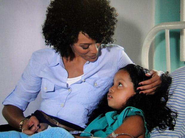internada, Cleo recebe o carinho de Sarita (Foto: Aquele Beijo/TV Globo)