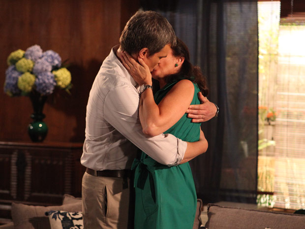 René beija Griselda com tudo (Foto: Fina Estampa/TV Globo)