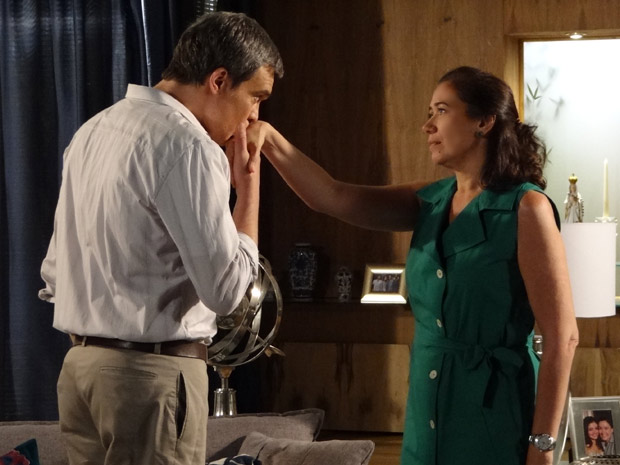 René aceita o pedido de Griselda (Foto: Fina Estampa/TV Globo)