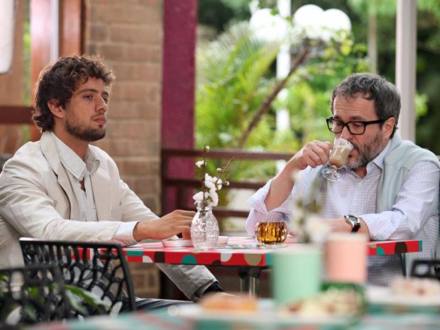 Lourenço tenta consolar Rodrigo (Foto: A Vida da Gente/TV Globo)