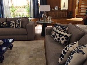 Os sofás são repletos de almofadas estampadas (Foto: Fina Estampa/TV Globo)
