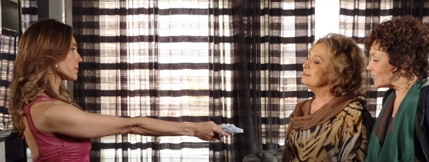 Tereza Cristina paga o prometido a Íris e Alice (Foto: Fina Estampa/ TV Globo)