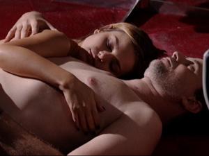 Paulo e Vanessa dormem no chão após noite de amor (Foto: Fina Estampa/TV Globo)