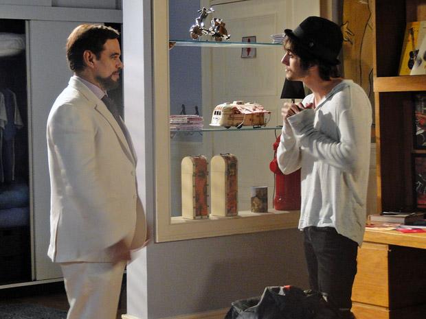 Agenor pede emprego na Shunel de volta (Foto: Aquele Beijo/TV Globo)